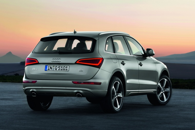 2016 Audi Q5 2.0 TFSI Quattro in Cuvee Silver Metallic from a rear right view