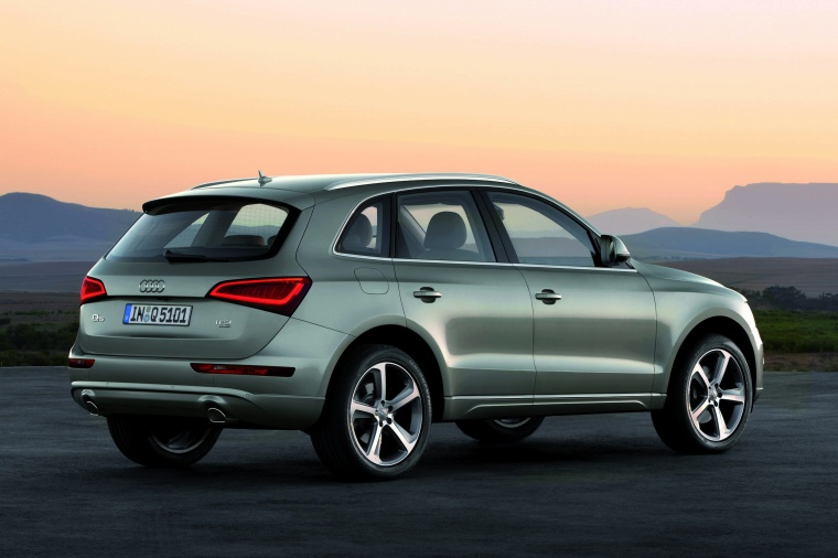 2016 Audi Q5 2.0 TFSI Quattro in Cuvee Silver Metallic from a rear right three-quarter view