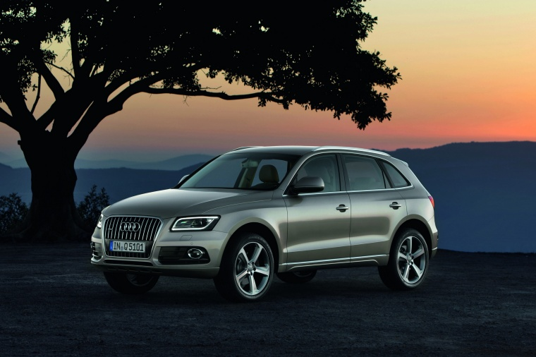 2016 Audi Q5 2.0 TFSI Quattro in Cuvee Silver Metallic from a front left three-quarter view