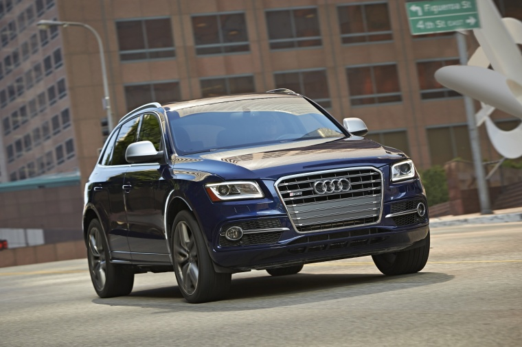 Driving 2017 Audi SQ5 Quattro in Sepang Blue Pearl Effect from a front right three-quarter view