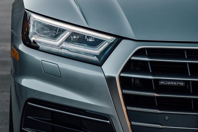 2018 Audi Q5 quattro Headlight Picture