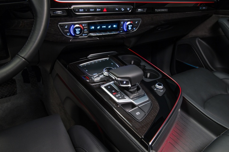 2018 Audi Q7 3.0T quattro Center Console Picture