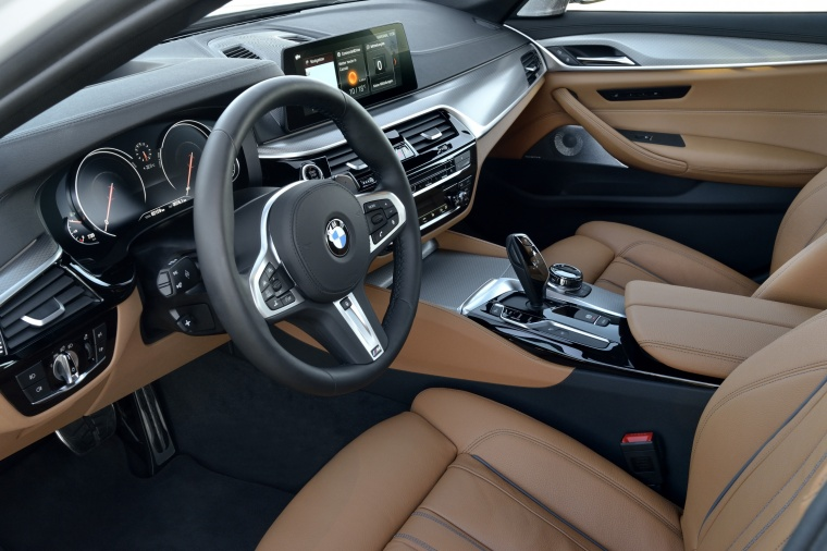 2018 BMW 540i Sedan Front Seats Picture
