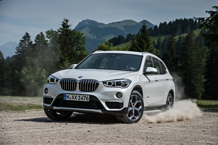Picture of a driving 2019 BMW X1 xDrive28i in Alpine White from a front left three-quarter perspective