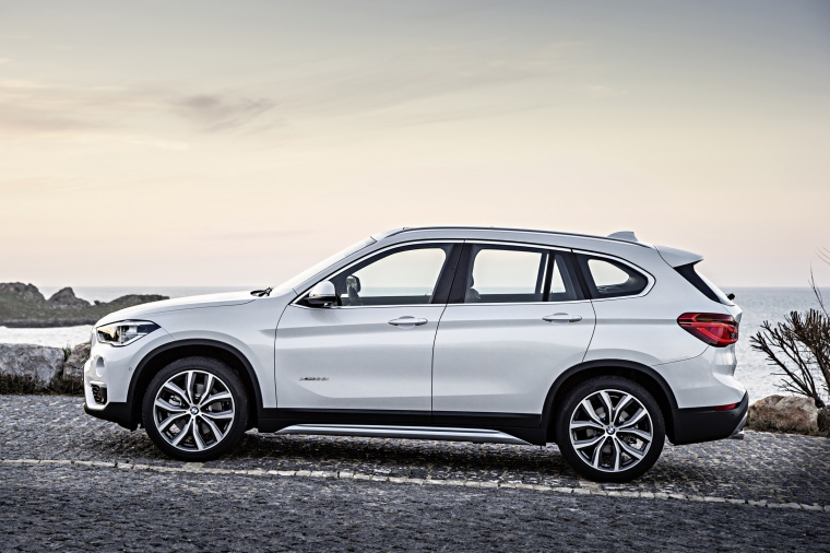 Picture of a 2019 BMW X1 xDrive28i in Alpine White from a side perspective