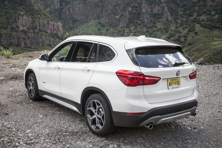 Picture of a 2019 BMW X1 xDrive28i in Alpine White from a rear left perspective