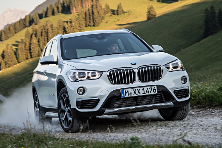 Picture of a driving 2019 BMW X1 xDrive28i in Alpine White from a front right perspective