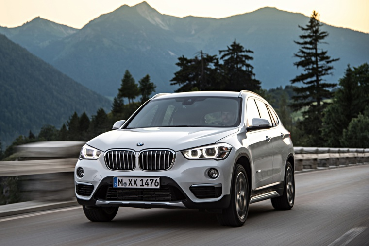 Picture of a driving 2019 BMW X1 xDrive28i in Alpine White from a front left perspective