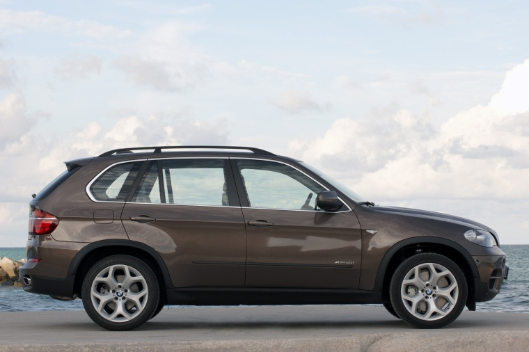 2013 BMW X5 xDrive50i in Sparkling Bronze Metallic from a right side view
