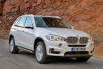 2014 BMW X5 xDrive35d in Alpine White - Driving Front Right Three-quarter View