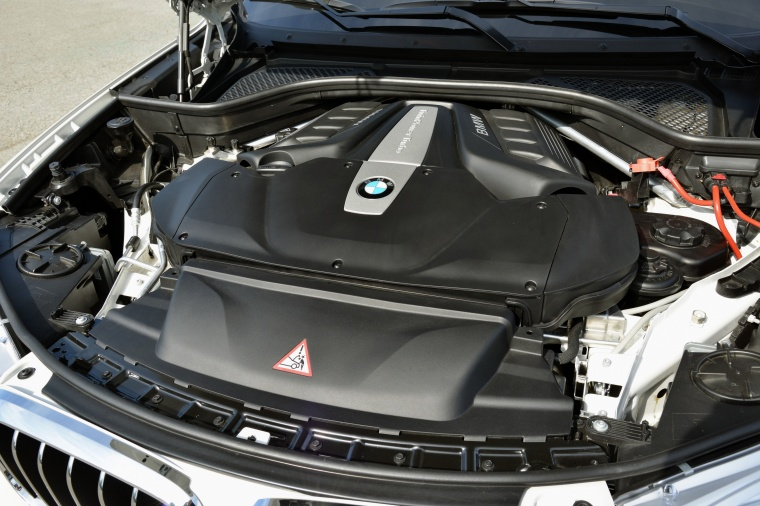 2017 BMW X5 xDrive50i 4.4-liter twin-turbocharged V8 Engine Picture