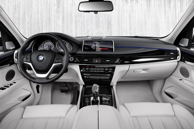 2017 BMW X5 xDrive40e Cockpit Picture
