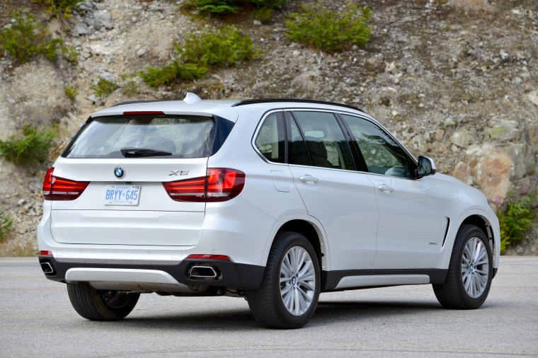 2018 BMW X5 xDrive50i in Alpine White from a rear right three-quarter view