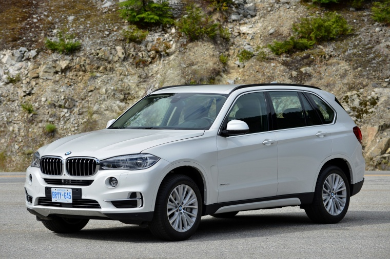 2018 BMW X5 xDrive50i in Alpine White from a front left three-quarter view