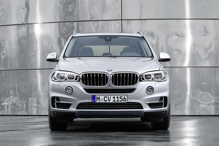 2018 BMW X5 xDrive40e in Glacier Silver Metallic from a frontal view