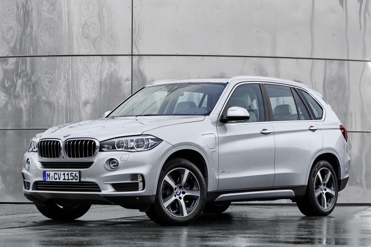 2018 BMW X5 xDrive40e in Glacier Silver Metallic from a front left three-quarter view