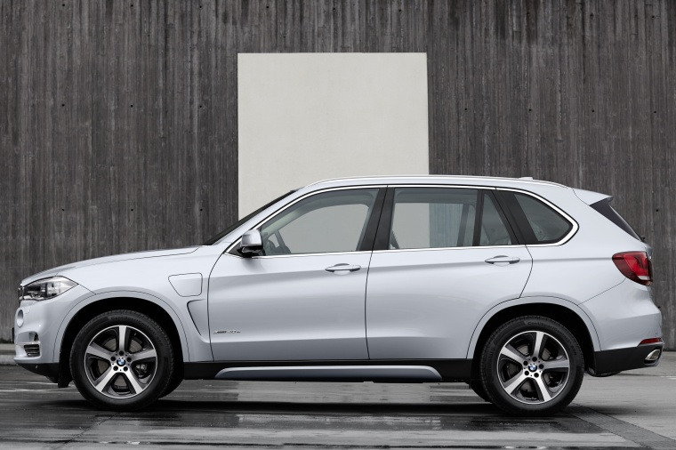 2018 BMW X5 xDrive40e in Glacier Silver Metallic from a side view