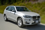 Picture of a driving 2018 BMW X5 xDrive50i in Alpine White from a front right three-quarter perspective