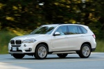 Picture of a driving 2018 BMW X5 xDrive50i in Alpine White from a front left three-quarter perspective