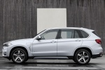 Picture of a 2018 BMW X5 xDrive40e in Glacier Silver Metallic from a side perspective