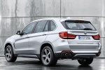 Picture of a 2018 BMW X5 xDrive40e in Glacier Silver Metallic from a rear left perspective