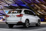 Picture of a 2018 BMW X5 xDrive40e in Glacier Silver Metallic from a rear right perspective