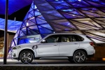 Picture of a 2018 BMW X5 xDrive40e in Glacier Silver Metallic from a left side perspective