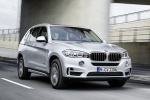 Picture of a driving 2018 BMW X5 xDrive40e in Glacier Silver Metallic from a front right perspective