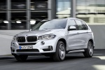 Picture of a driving 2018 BMW X5 xDrive40e in Glacier Silver Metallic from a front left three-quarter perspective
