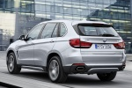 Picture of a driving 2018 BMW X5 xDrive40e in Glacier Silver Metallic from a rear left three-quarter perspective