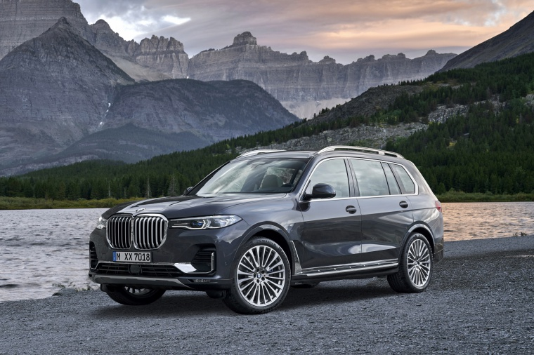 Picture of a 2019 BMW X7 xDrive40i AWD in Arctic Gray Metallic from a front left three-quarter perspective