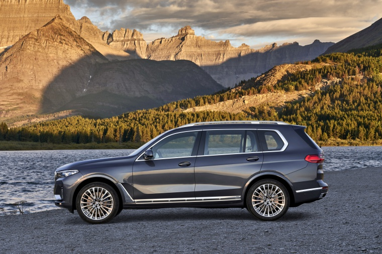Picture of a 2019 BMW X7 xDrive40i AWD in Arctic Gray Metallic from a side perspective