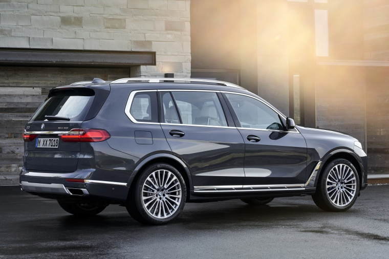 2019 BMW X7 xDrive40i AWD in Arctic Gray Metallic from a rear right three-quarter view