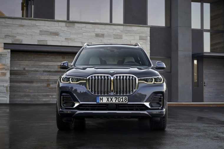 2019 BMW X7 xDrive40i AWD in Arctic Gray Metallic from a frontal view