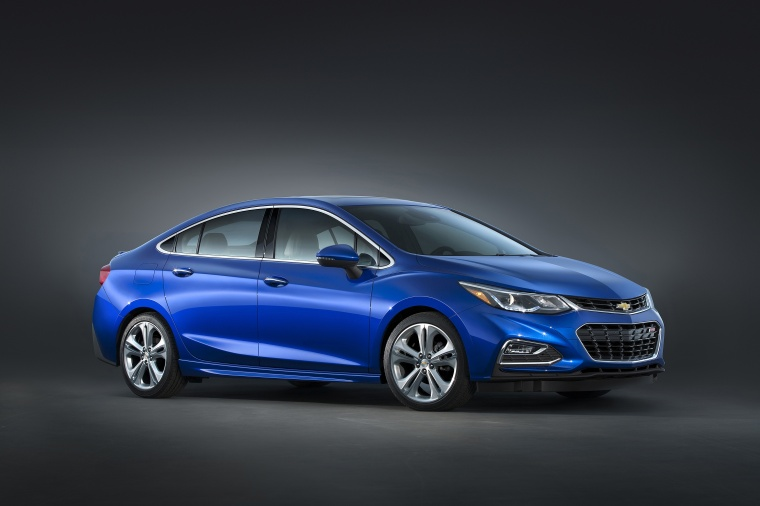 2018 Chevrolet Cruze Premier Sedan in Kinetic Blue Metallic from a front right three-quarter view