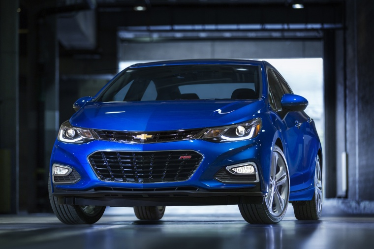 2018 Chevrolet Cruze Premier Sedan in Kinetic Blue Metallic from a frontal view