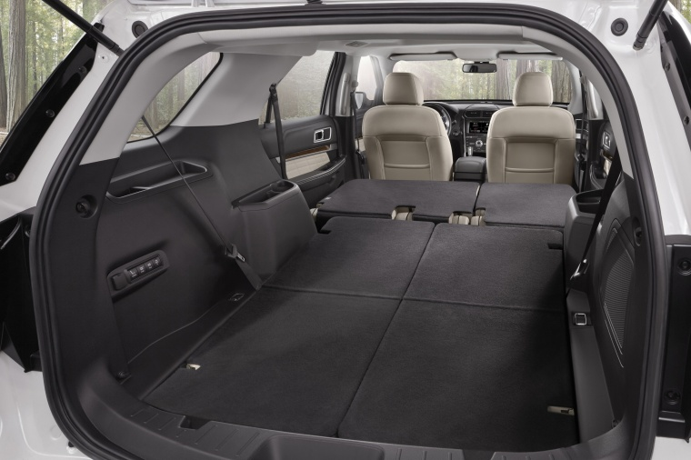 2017 Ford Explorer Platinum 4WD Trunk Picture