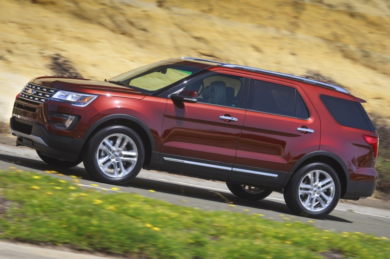 Driving 2018 Ford Explorer Limited 4WD from a side view