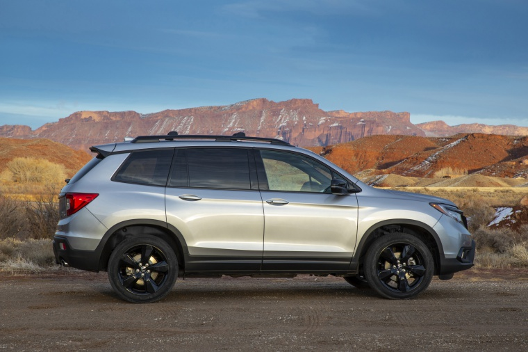 Picture of a 2020 Honda Passport Elite AWD in Lunar Silver Metallic from a right side perspective