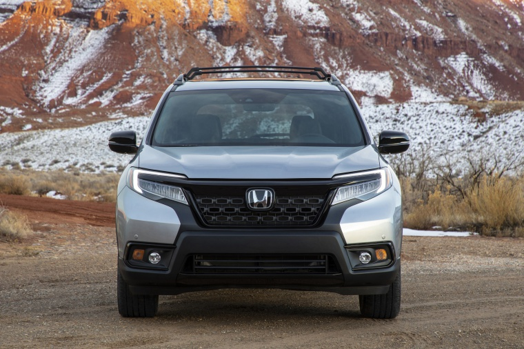 Picture of a 2020 Honda Passport Elite AWD in Lunar Silver Metallic from a frontal perspective