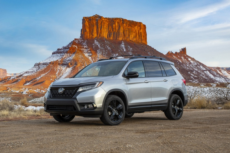 Picture of a 2020 Honda Passport Elite AWD in Lunar Silver Metallic from a front left three-quarter perspective