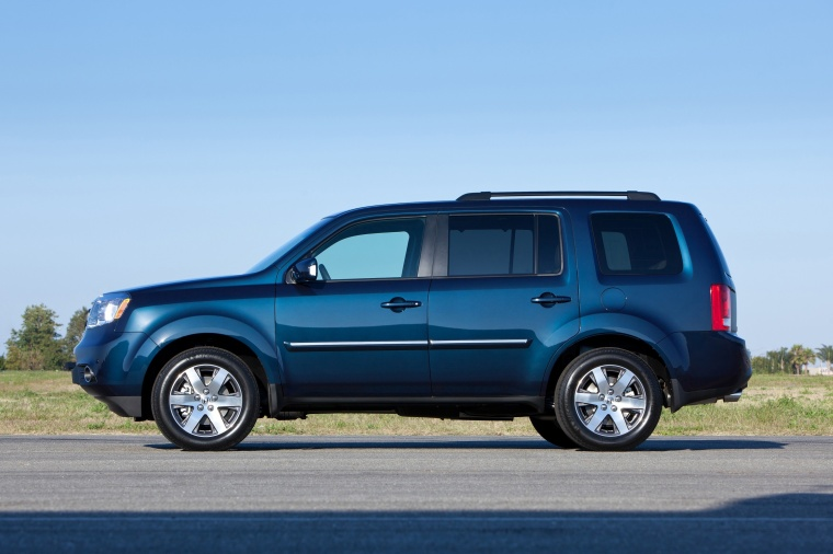 2014 Honda Pilot Touring in Obsidian Blue Pearl from a side view