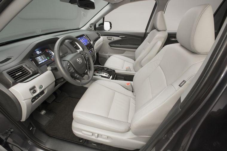 2017 Honda Pilot Front Seats in Gray