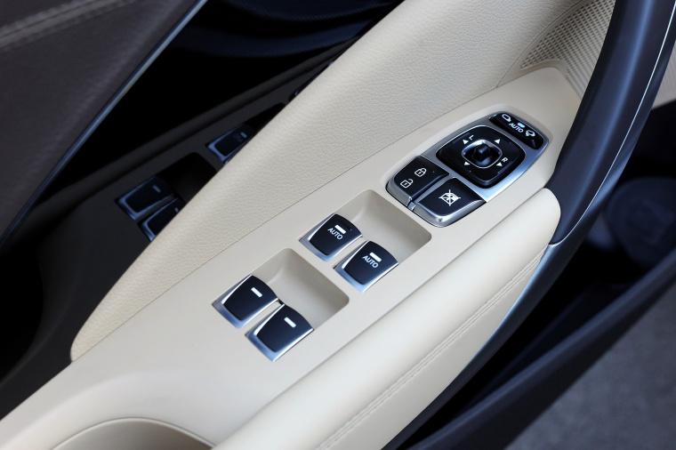 2017 Hyundai Azera Limited Door Panel Picture