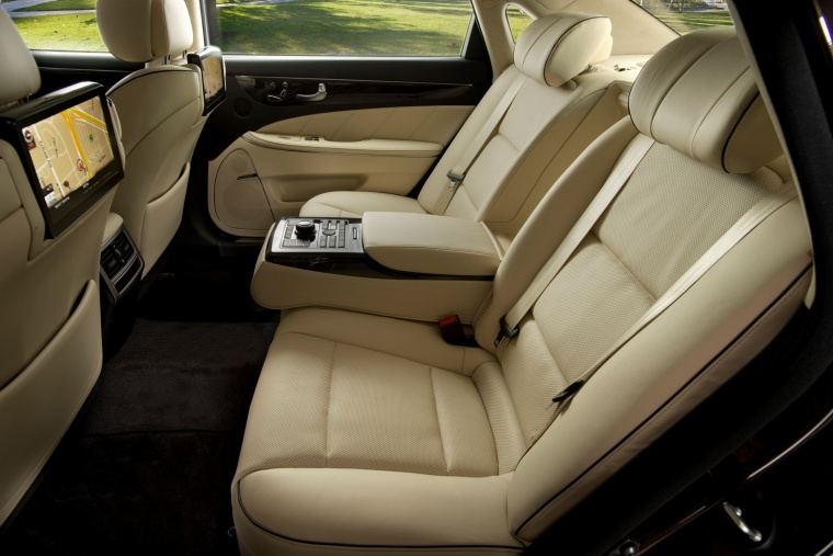 2016 Hyundai Equus Sedan Rear Seats with Armrest Picture