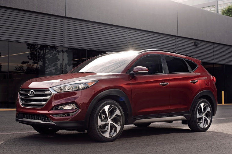 Picture of a 2016 Hyundai Tucson in Ruby Wine from a front left three-quarter perspective