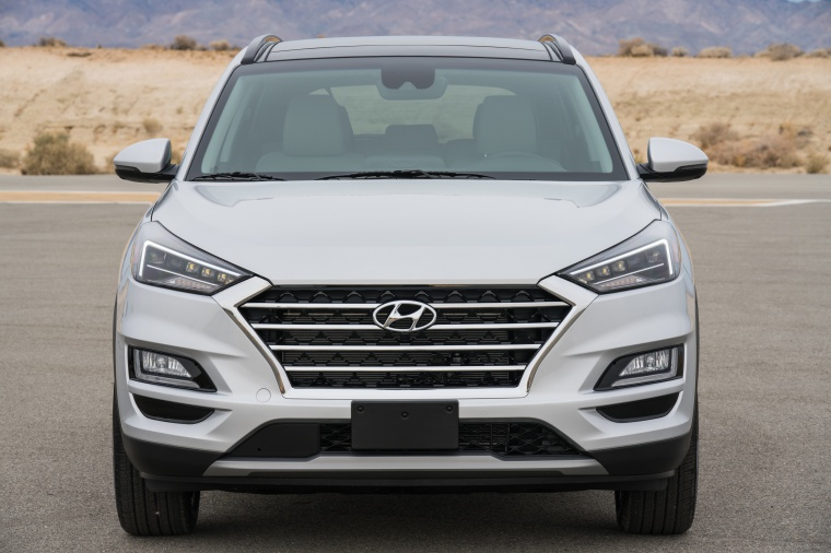 Picture of a 2020 Hyundai Tucson in Silver from a frontal perspective