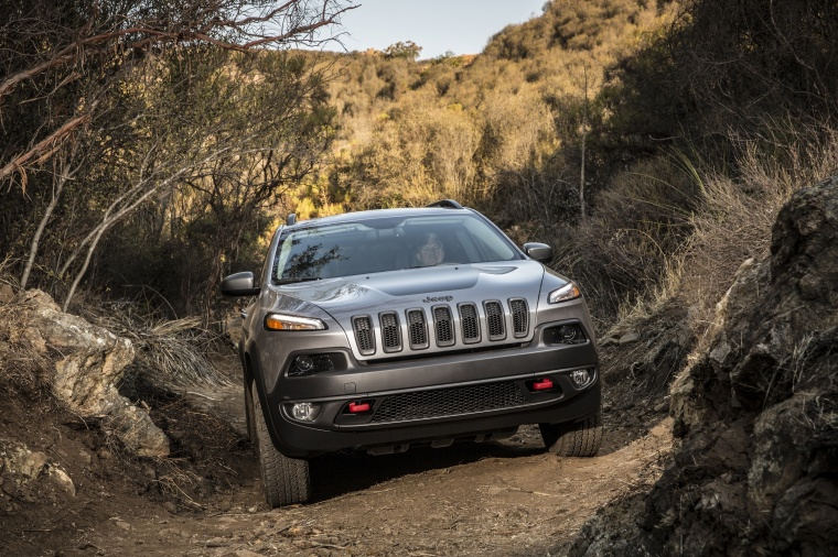 Picture of a driving 2017 Jeep Cherokee Trailhawk 4WD in Billet Silver Metallic Clearcoat from a frontal perspective