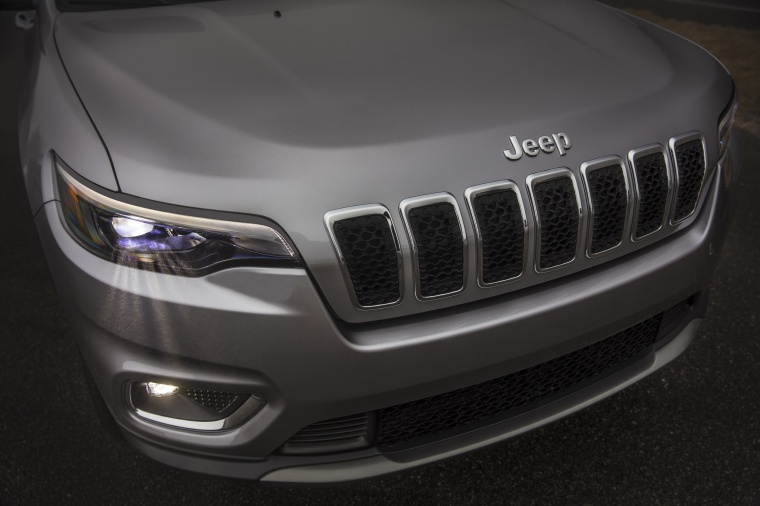 Picture of a 2020 Jeep Cherokee Limited 4WD's Headlight