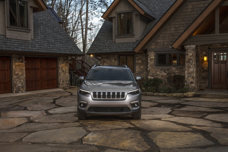 Picture of a 2020 Jeep Cherokee Limited 4WD in Billet Silver Metallic Clearcoat from a frontal perspective